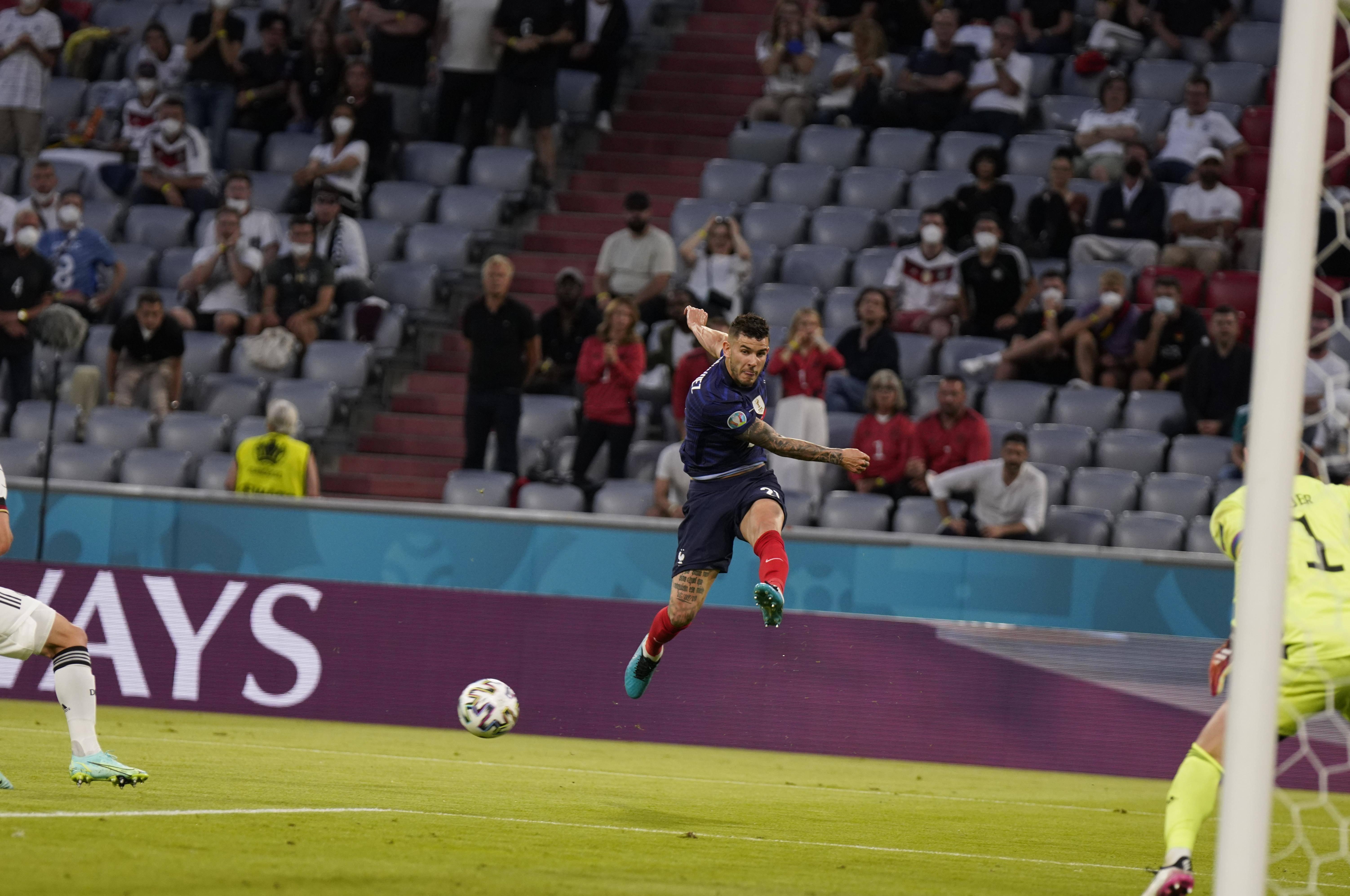 Trouvé sur l'aile gauche, Lucas Hernandez centre fort devant le but allemand