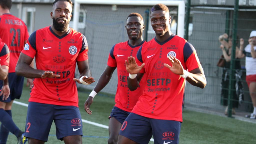 Les joueurs du RC Grasse heureux après leur succès sur Goal FC