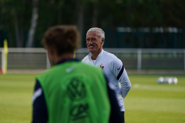Didier Deschamps sourit à l'entraînement