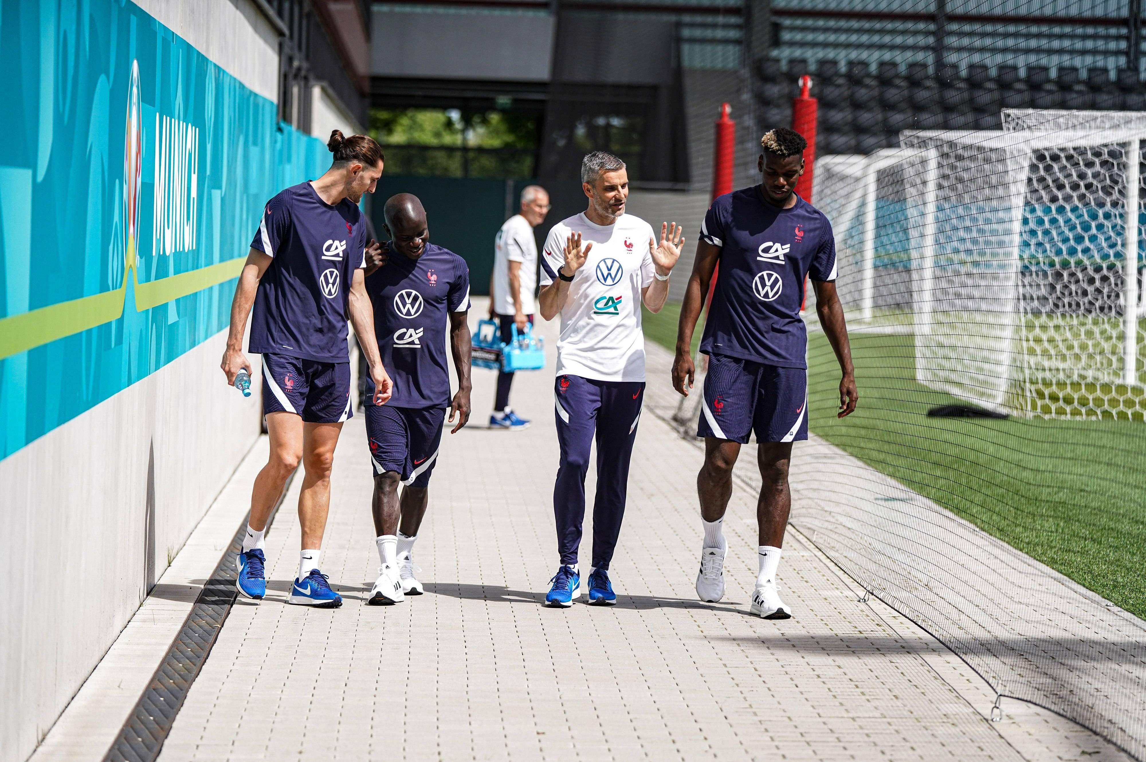 Adrien Rabiot, N'Golo Kanté et Paul Pogba avec Cyril Moine