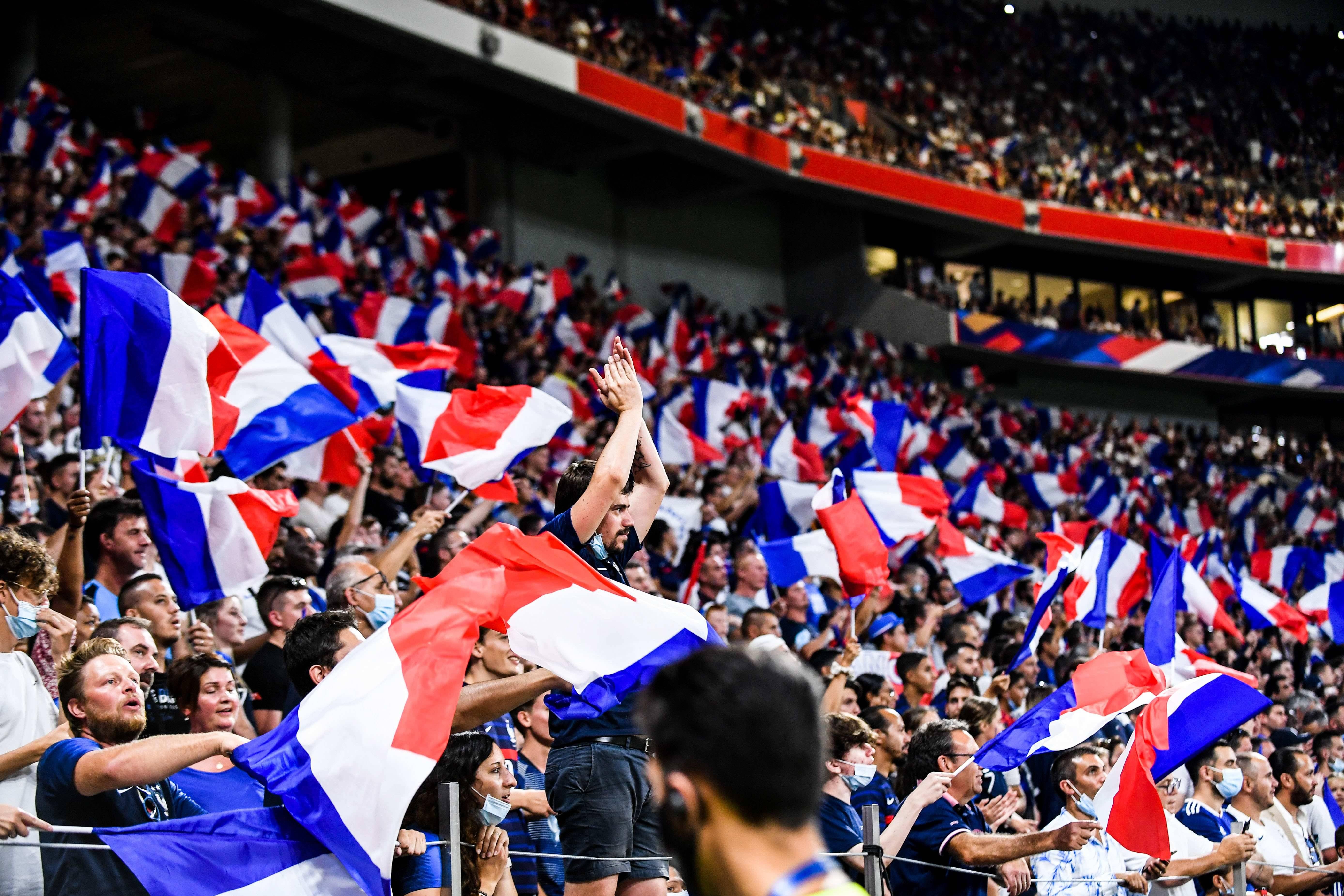 La joie des supporters présents dans un Groupama Stadium à guichets fermés