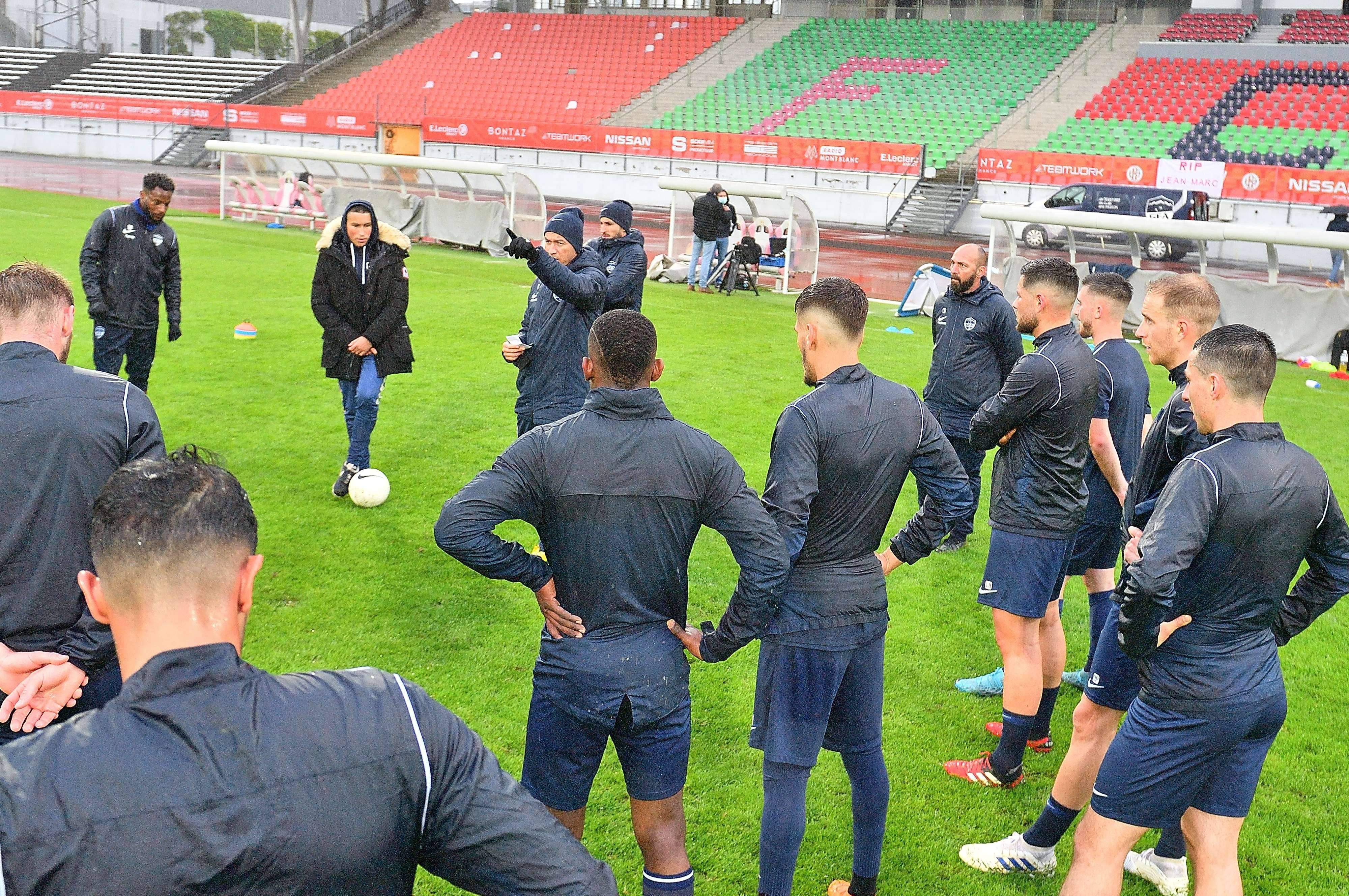 Le groupe autour de son entraîneur Fatsah Amghar